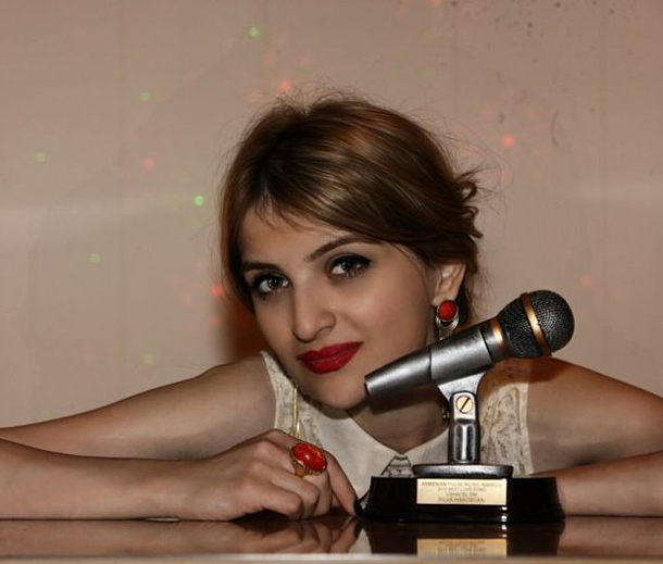 Silva Hakobyan with her 2013 Armenian Pulse Music Award for Best Love Song Ushacel Em